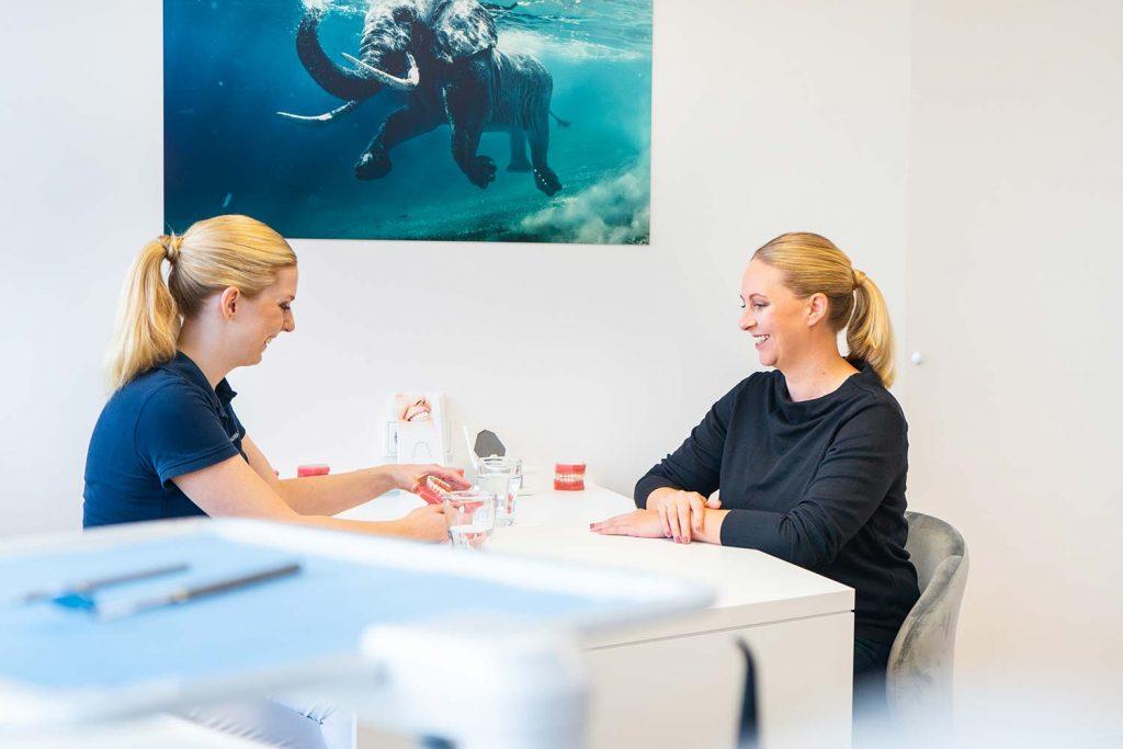 Dr Unger berät Patientin für Kieferorthopädie